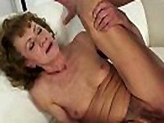 Eiro vecmāmiņa dildoed un fucked viņas ass