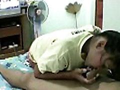 tajų mergaitė savo kambaryje su baltu draugu