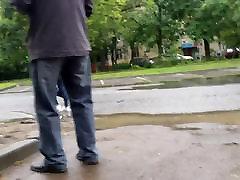 neliels sexy wriggle ass uz ielas pēc lietus