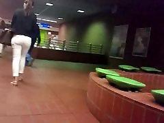karšta mergina baltos spalvos džinsai su jiggly tiesus asilas hd