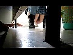 indijski dekle, dotik muca v kolaž baatroom
