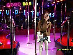 tailando mergina su labai labai mažas pūlingas perklausose darbo