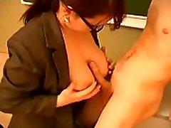 rusijos big titted brunetė mokytojų su akiniais cheats su savo studentų klasėje 1