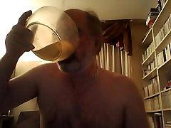 pisse dans un bol