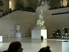 goli na odru-189-topless louvre v parizu-alicia soto nak9stage-189