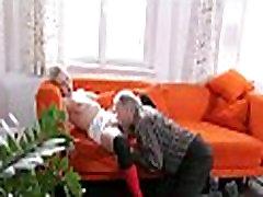 stara mačka raziskuje mladoletnike zaslonke