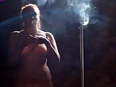 काड़ा कार्टर धूम्रपान मजबूत corks सिगरेट जबकि poledancing