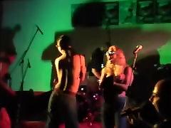 dviejų mėgėjų merginos juostelės ant scenos