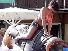bikini mergaitė važiuoja mechaninė bull lauke