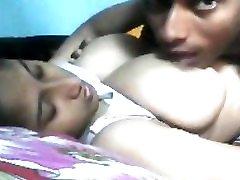 vroče in pohoten indijski dekle z velikimi prsi na postelji