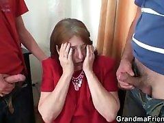tris su sena moteris tarnyba