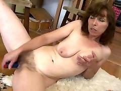 माँ के साथ saggy स्तन और ellia p3 बिल्ली