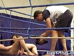 Smalltits यूरोपीय बेब wrestles एक बांध