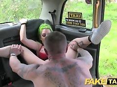 नकली टैक्सी में lesbian cheating wife स्तन और बिल्ली होंठ
