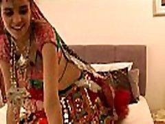 Gujarati comendo uma japinha deliciosa College Babe Jasmine Mathur Garba Dance