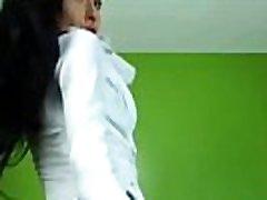 arabski dekle daje erotični ples v ozke kavbojke