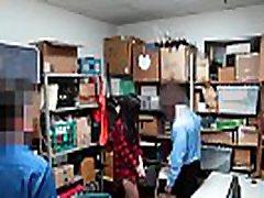 teen shoplifter je v tesen kotu