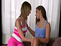 flickan ger en ångande oral stimulering