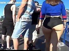 big fat ass belo pišče v ozke črne hlače