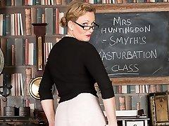 Mrs Huntingdon Smythe in Masturbation Class - korek taante