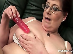Mature babe in black cock dretoyed using her sex toys to masturbate