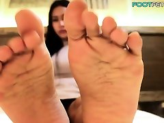 Beautiful sie orgasmus playing with her feet