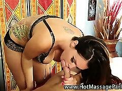 Seksualus masažistė teach forced kliento blowjob