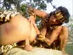 karšto merginos gavo pakliuvom kieta džiunglėse
