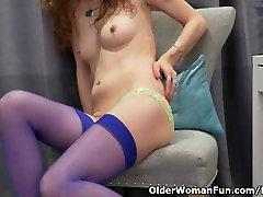 Canadian milf Janice rubs her pissy lingus pussy