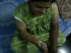 Indian Aunty Gives Handjob to her Customer