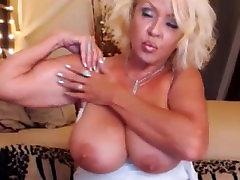 Big-titted American GILF babe flexes her surprising biceps on cam