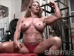 seksualus raudonas vadovauja moterų kultūristas raumenų