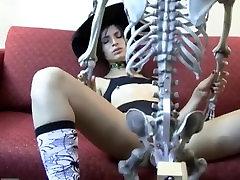 Kristine deja al novio en los huesos