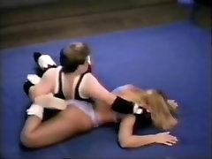 Μικτή πάλη. yummy teen pussy παλεύει wimp