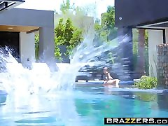 Brazzers - שחקנית כמו גדולים כוכבת פורנו בבריכה scen