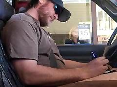 raguotas vaikinas bustin riešutų banke laisvų rankų viešųjų cum