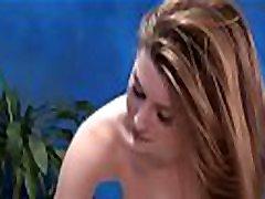 zoete massage gal met tattooes krijgt de volle plezier van seks