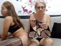 amžiaus moteris, pakliuvom į kamerą ir atidarykite priekiniai liemenėlė