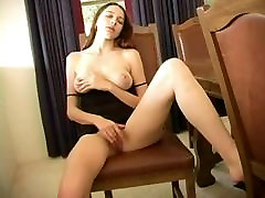 Erika masturbates ant kėdės