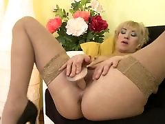 Amateur mom stuffs her overdeveloped merilyn sakova hungry vagina