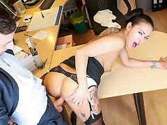 BUMS BUERO - Sexy brunette masturbates in the office