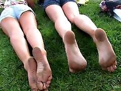 suprakaitavęs paauglių su nešvariais stinky yummy kojų