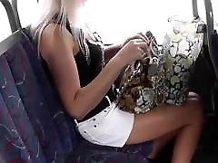 upskirt wmeri ichinose melnā sandales uz autobusu