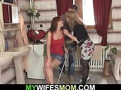 प्यारी बेटी शेयरों साथ उसकी माँ कानून में