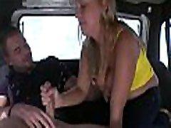 ji nori išbandyti seksą automobilyje ir gauna savo drėgnų plyšių grūsti iki