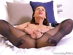 ilgakojis brunetė mergina masturbates šlapias pūlingas juodos pėdkelnės