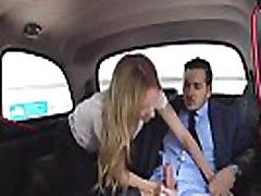 सेक्सी सुनहरे बालों वाली blanket orgasm चालक सवारी पायलट