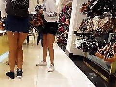 tiesus voyeur paauglių hottie bando batai sijonas