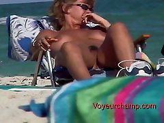 Voyeurchamp.com 3 Kuuma MILF Äidit Altistuvat Alasti Rannalla!