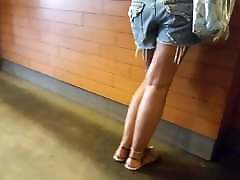 gf&039;s chaud tanné jambes sexy de long pieds orteils en short